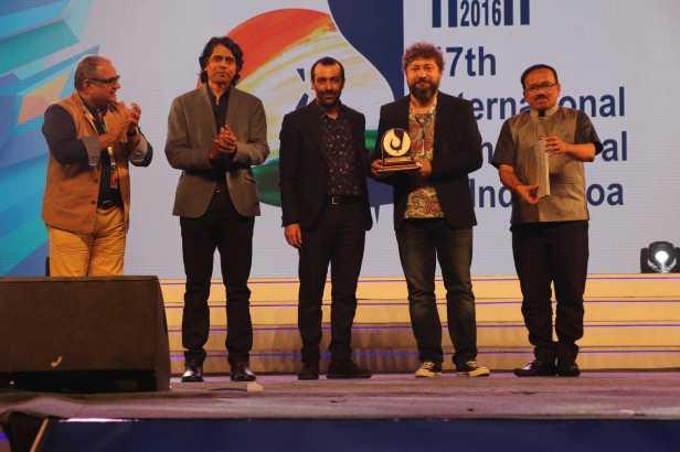 ಅತ್ಯುತ್ತಮ ಚಿತ್ರ ನಿರ್ದೇಶನಕ್ಕೆ ಪ್ರಶಸ್ತಿ ಪಡೆದ 'ರೌಫ್' ಚಿತ್ರದ ನಿರ್ದೇಶಕರಾದ ಬರೀಸ್ ಕಾಯ ಮತ್ತು ಸೋನರ್ ಕೇನರ್.